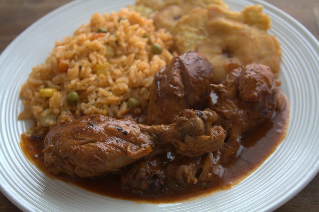 poulet en sauce avec riz et banane pezé